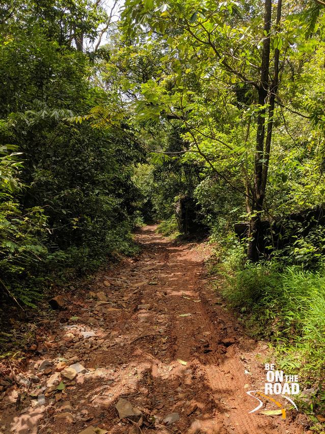 The dirt downhill trail leading to the Yedekumeri railway bridge